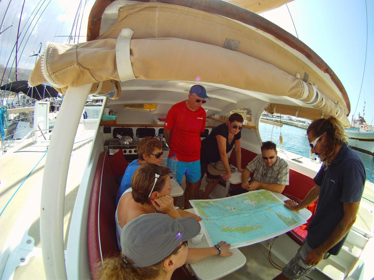 Patmos - Eric envisage et étudie notre itinéraire