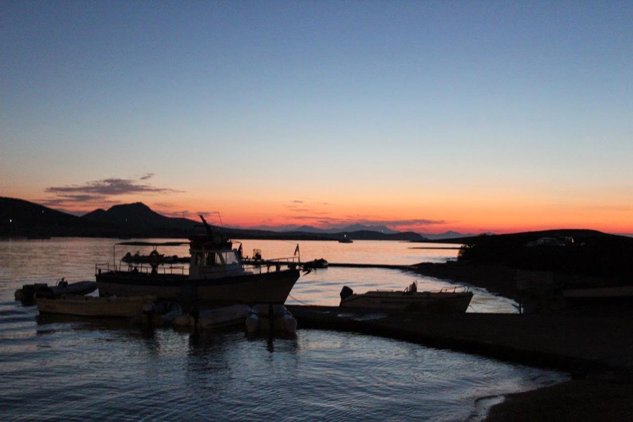 Despotiko vue de la taverne, coucher de soleil