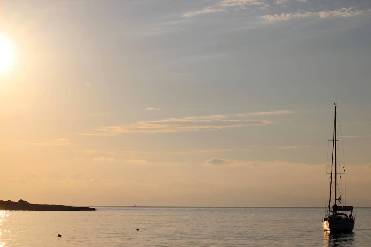 Lever du jour dans la baie de koufonissia