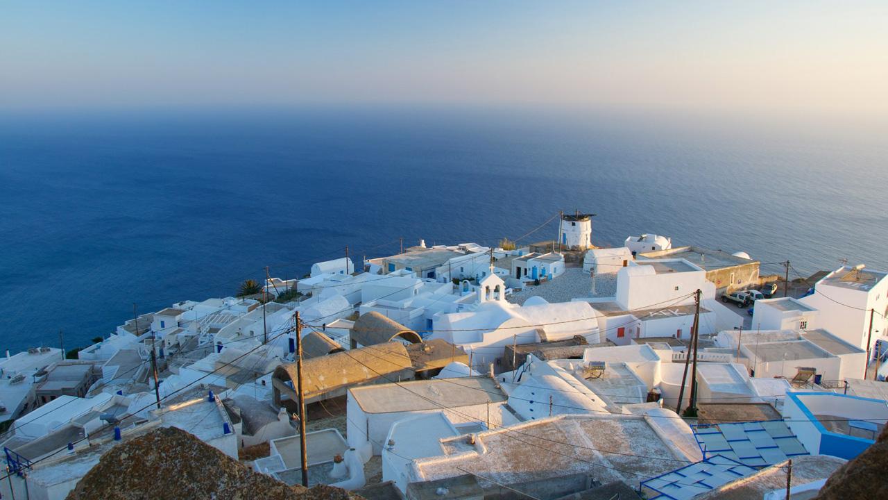 Anafi dans les Cyclades, vue de la chora, le vieux village tout blanc
