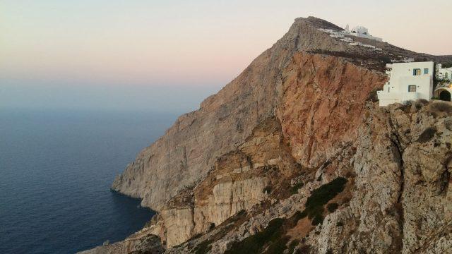 Folegandros, Cyclades, Grèce - Vue sur l'église de la Panagia depuis le Kastro