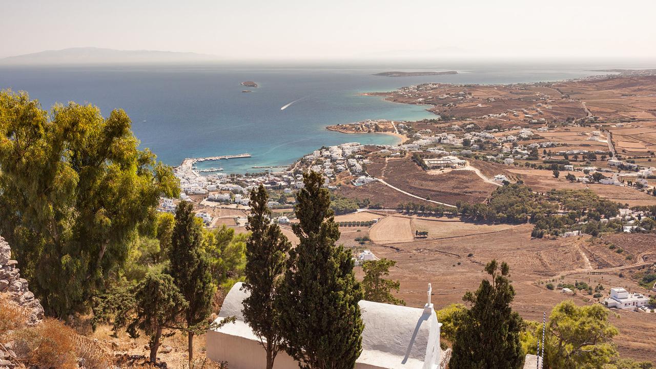 Paros, Cyclades, Grèce : vue sur Piso Livadi depuis le monastère d'Agios Antonios