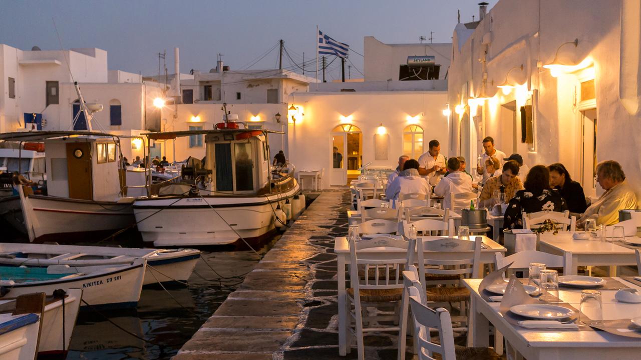 Paros, Cyclades, Grèce : restaurant sur le port de Naoussa