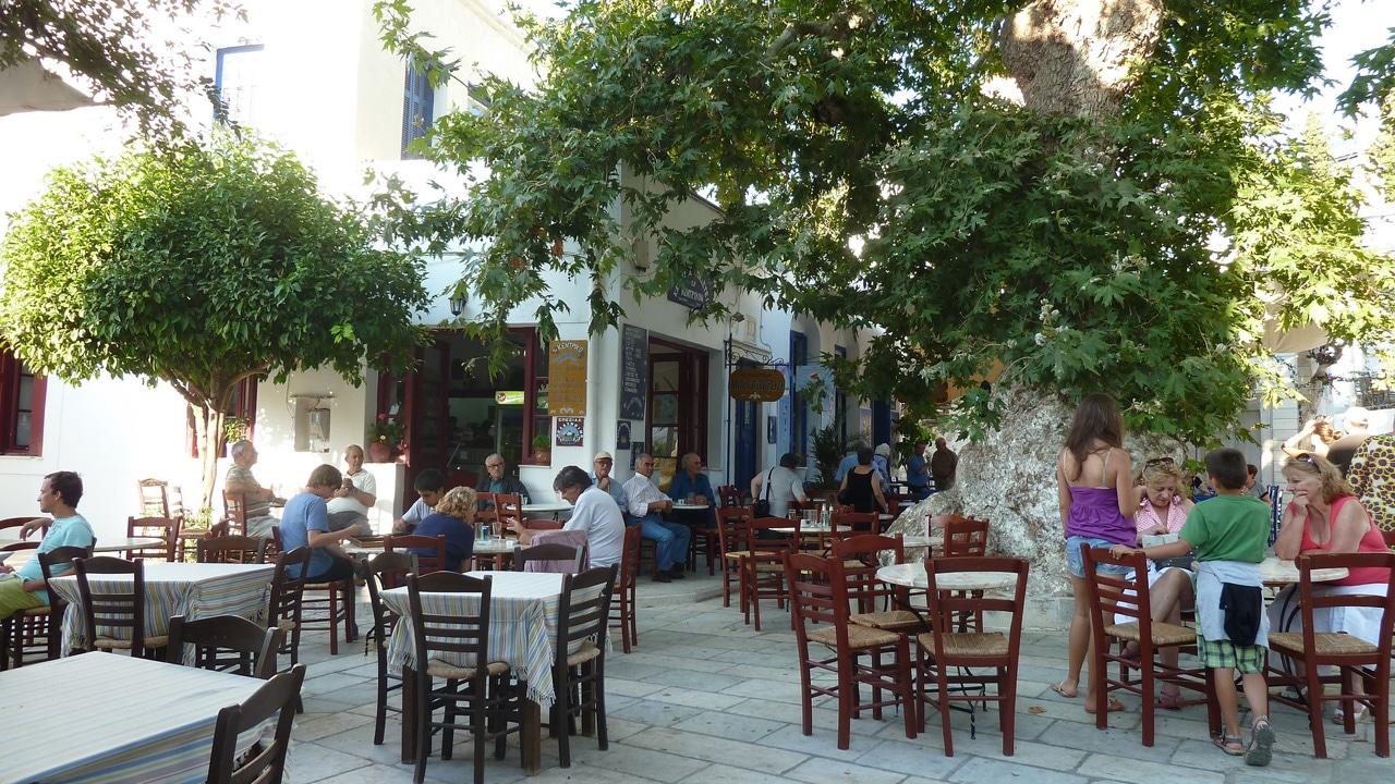 Tinos, Grèce: terrasse de taverne sur une place