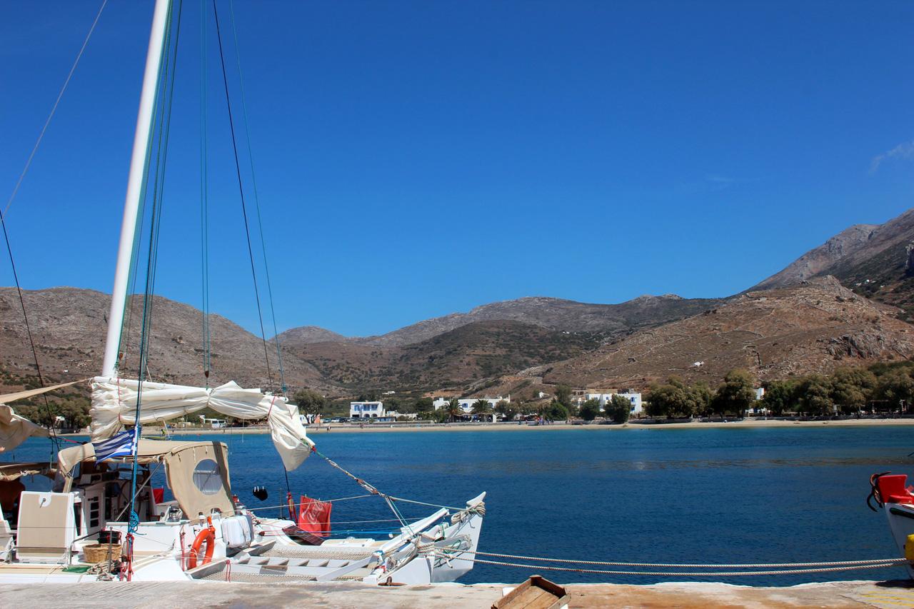 Accosté à Katapola, l'un des ports d'Amorgos