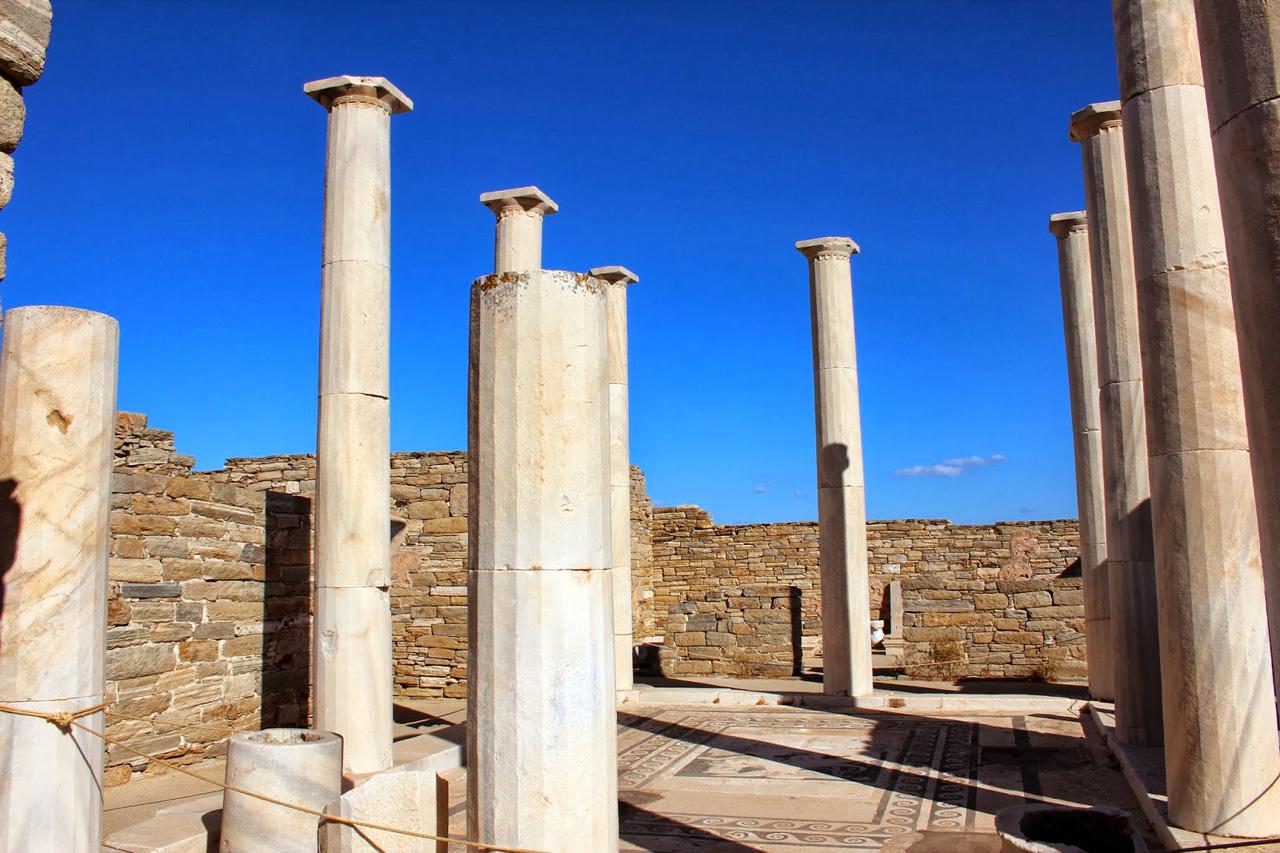 Colonnes archéologiques à Délos dans les Cyclades