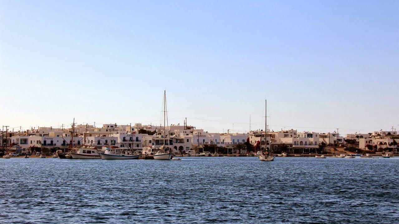 Vue sur le port d'Antiparos dans les Cyclades