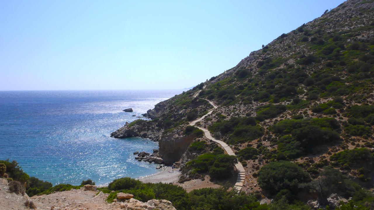 Lipsi, Grèce - vue sur la plage de Kimissi et le chemin qui monte vers l'église