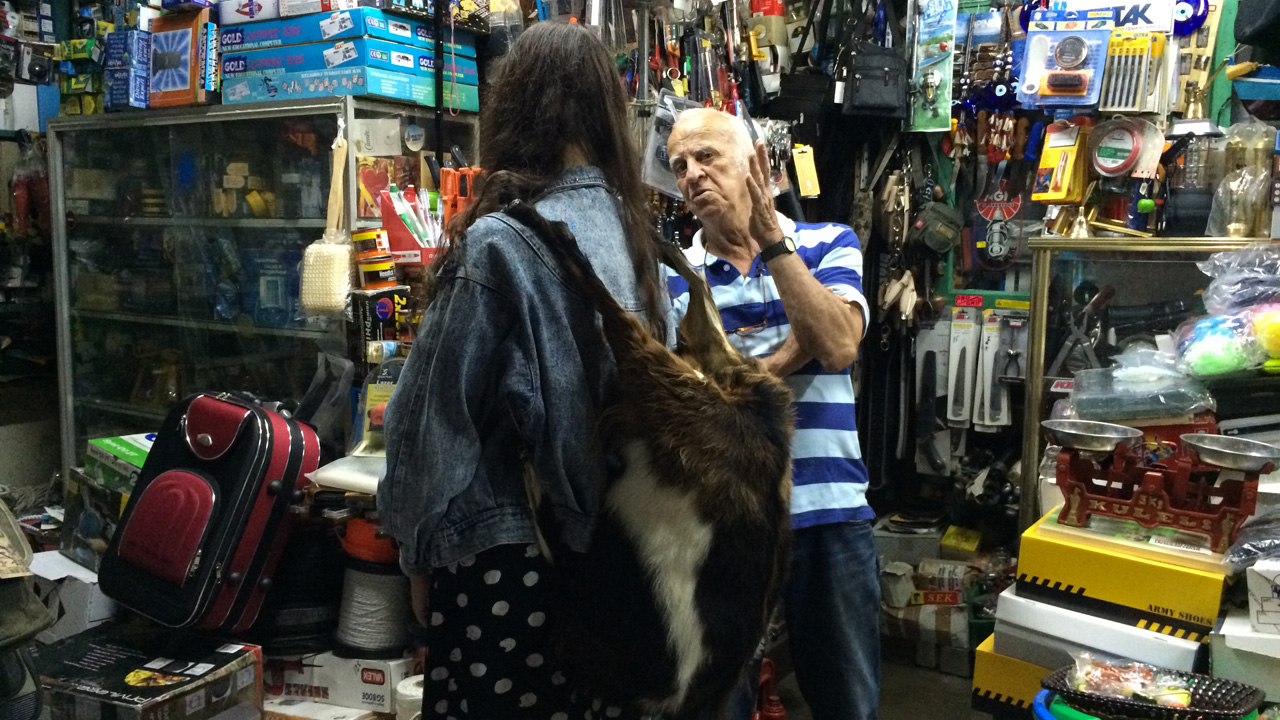 Ikaria - le fameux sac en chèvre en vente dans une quincaillerie