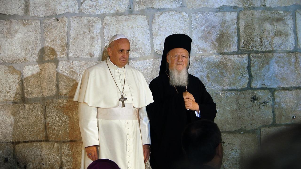 Le pape François et le patriarche Bartholomée Ier, devant l'église du Saint-Sépulcre à Jérusalem, 25 mai 2014 (Photo: Wikimedia Commons)